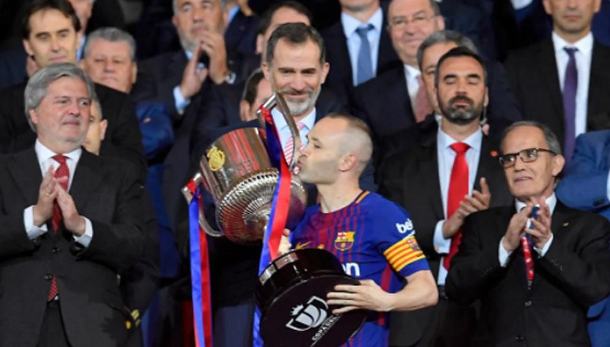 La Copa que el Rey entrega a regañadientes. Barcelona volvió a levantar la Copa delRey
