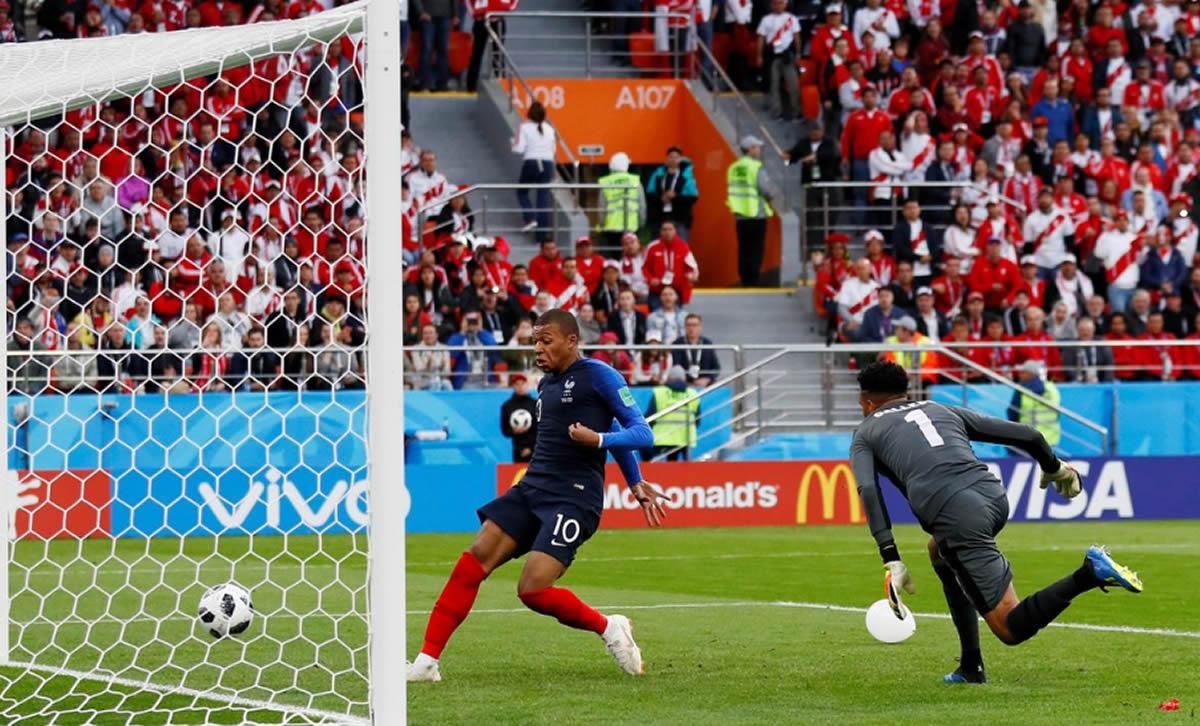 Francia va ganando con gol de Mbappé a un Perúatrevido